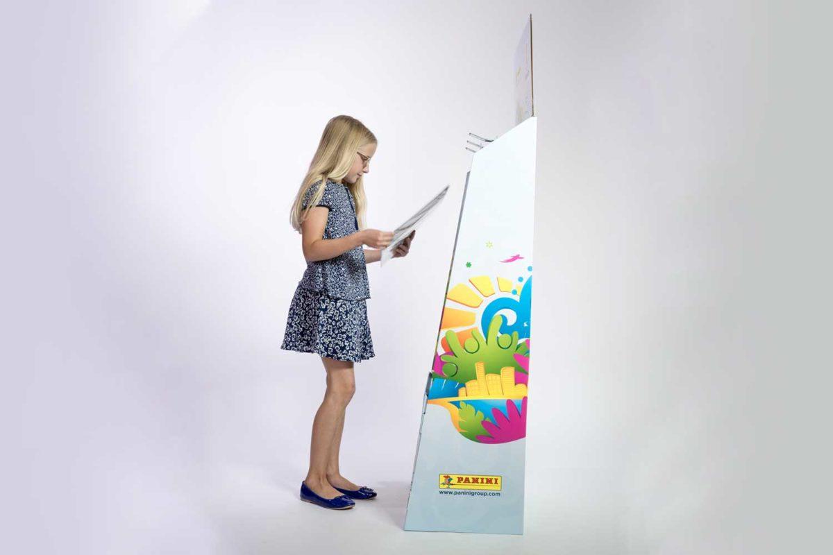 POS Display von Panini mit Mädchen davor. Displaybau und Konzeption von megapac handling GmbH